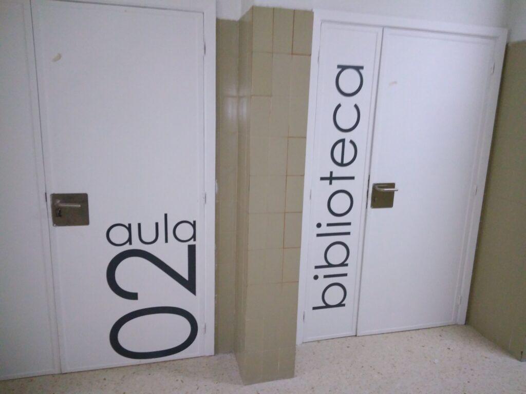 puerta rotulada
